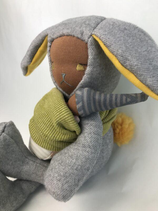 pluszowy króliczek z bobaskiem w chuście