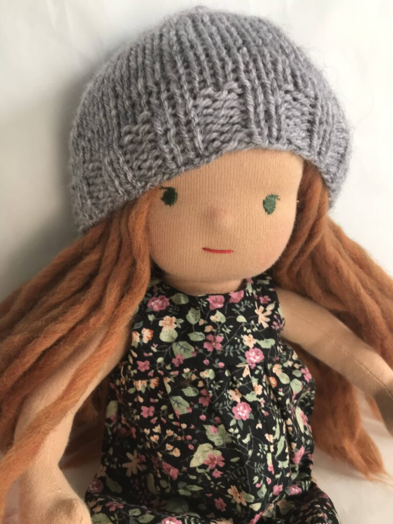 lalka waldorfska w czapce